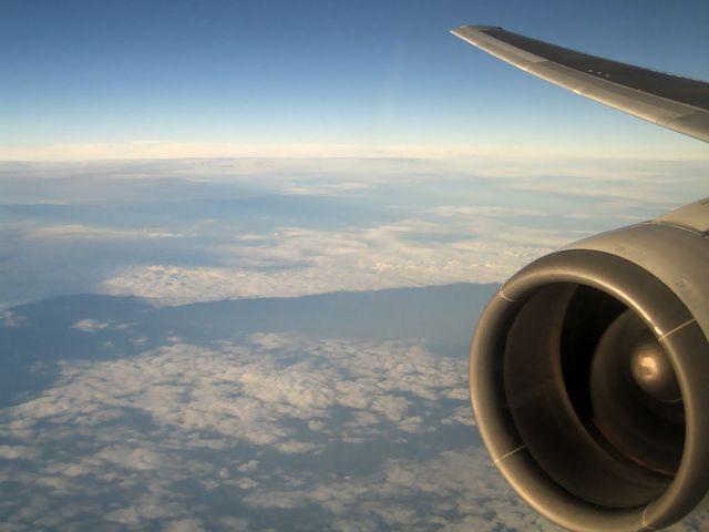 飛行中の翼とエンジン