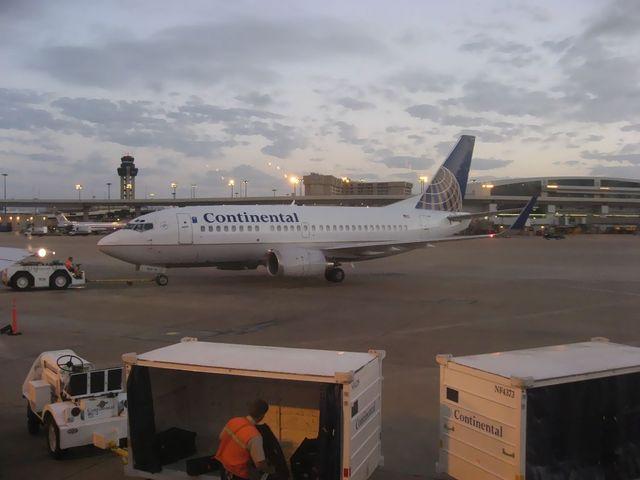 夜明け前のダラス・フォートワース空港
