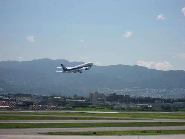 伊丹空港を離陸するBoeing777