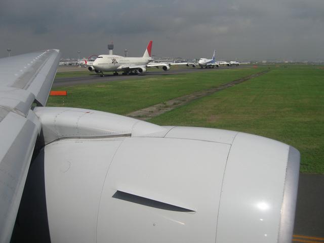 離陸を待つ飛行機の列