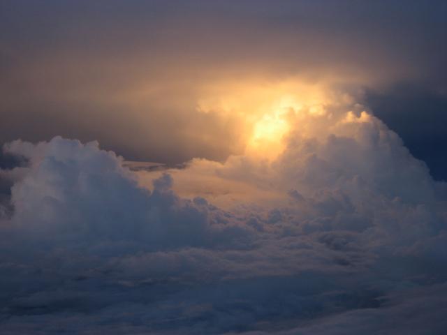 金色に輝く積乱雲
