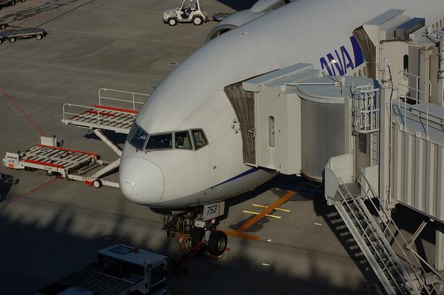 搭乗ゲートで出発準備を進める飛行機