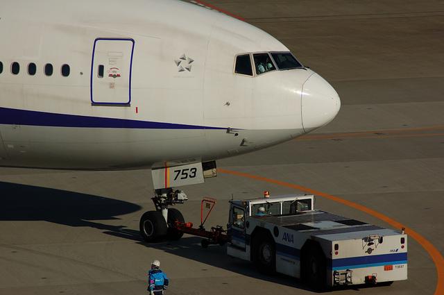 トーイングカーとBoeing777の機首