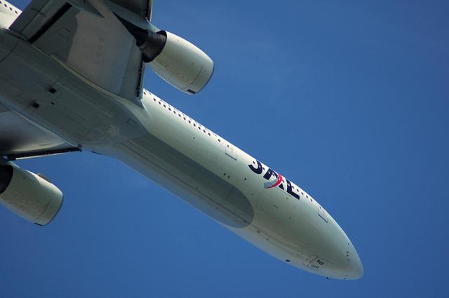 青空に機首を向け上昇するBoeing777