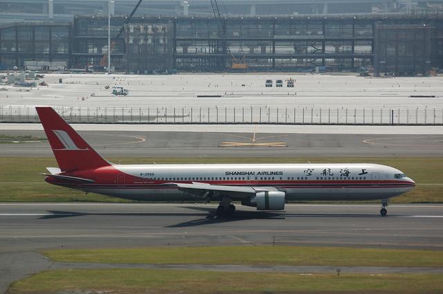 上海航空Boeing767-300タキシング