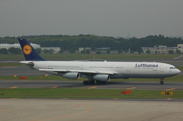 Lufthansa Airbus A340-313X  1