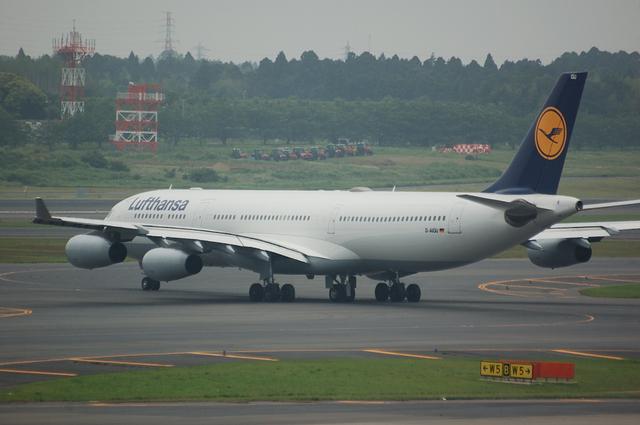 Lufthansa Airbus A340-313X  4