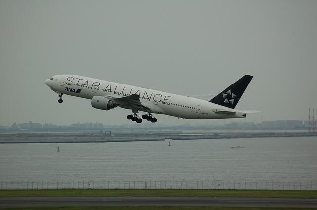 スターアライアンスB777-200 離陸