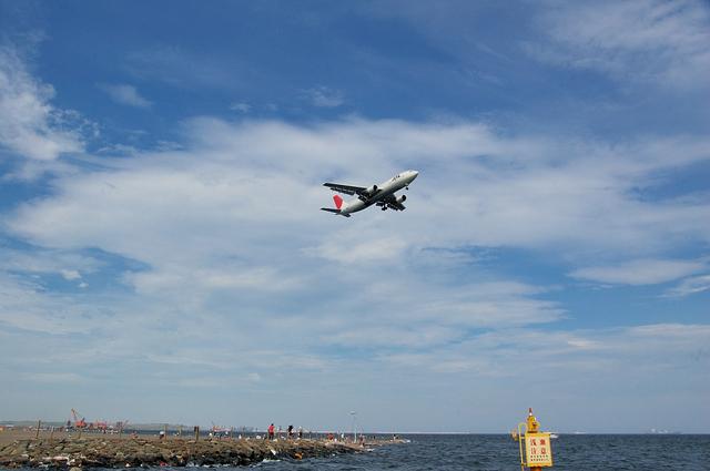 人口浜上空をアプローチする飛行機