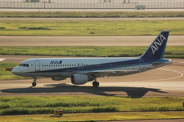 ANA A320-200(JA8946) 左側