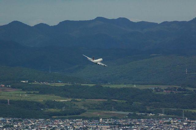 函館市街地上空でファイナルターンするBoeing747-400