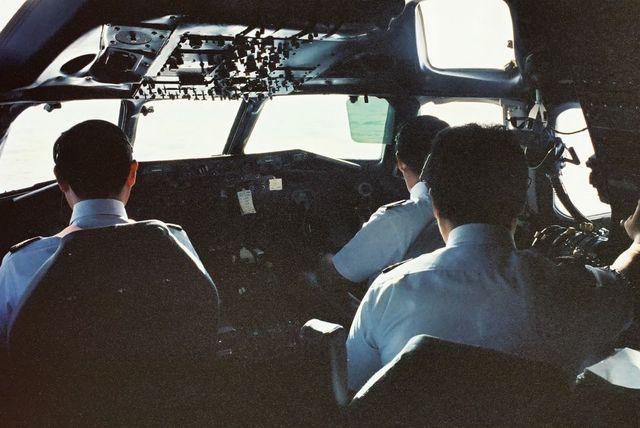飛行中のDC-8のコックピット