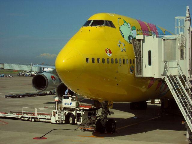 羽田空港59番ゲートに駐機するピカチュウジェット