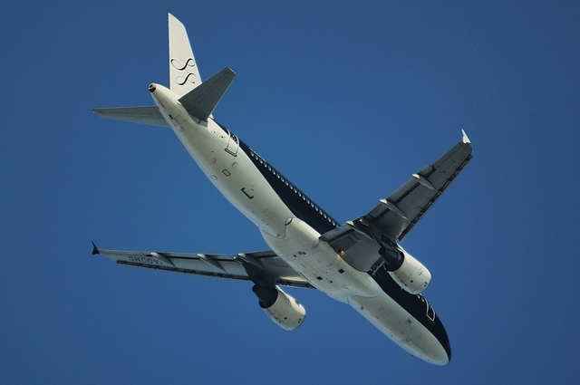 Airbus A320-200と青空