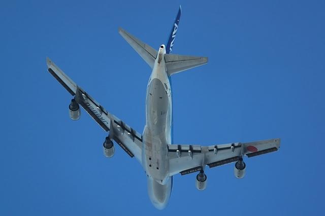 離陸したBoeing747を下から見る