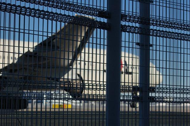 新整備場駅出口横からのJ2タクシーウェイ通過の飛行機