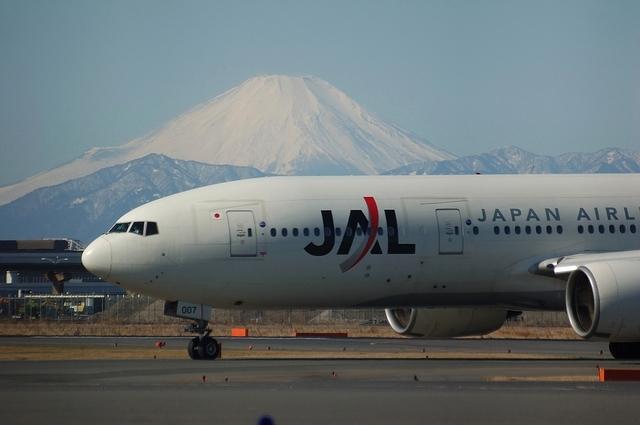 JALのBoeing777と富士山