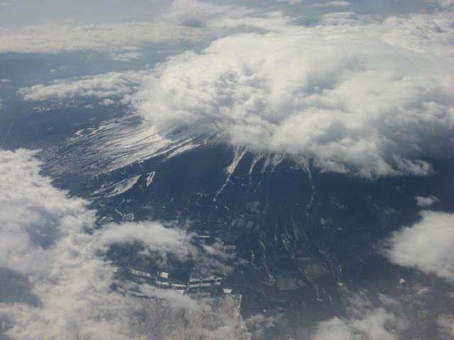 雲に隠れた富士山