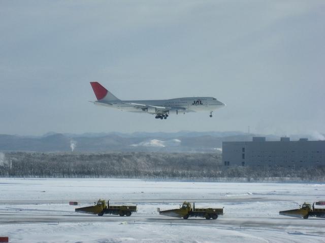JAL Boeing747-400と除雪隊