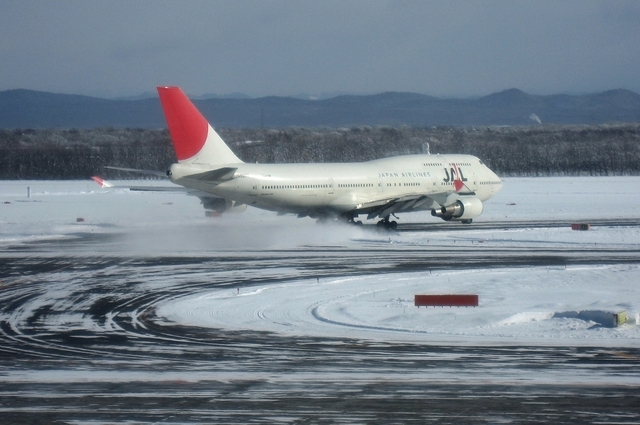 JAL Boeing747-400と雪煙