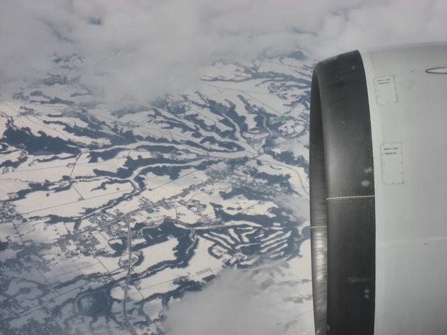 雪景色の東北地方上空