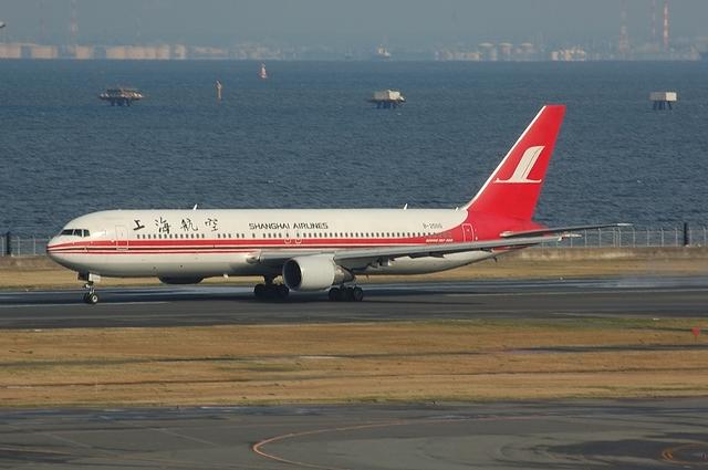 上海航空のBoeing767-300ER 離陸滑走