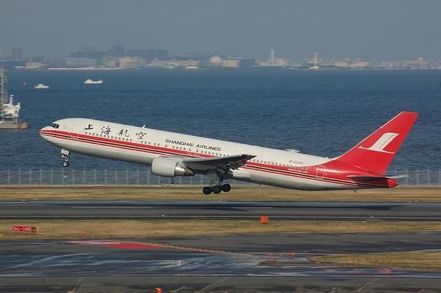 上海航空のBoeing767-300ER Take Off
