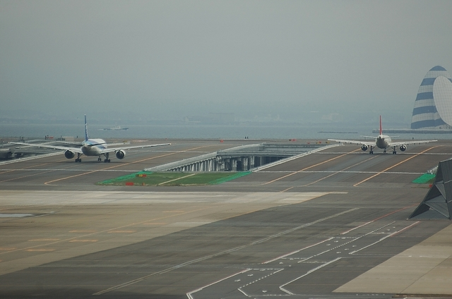 D滑走路へ向かう飛行機