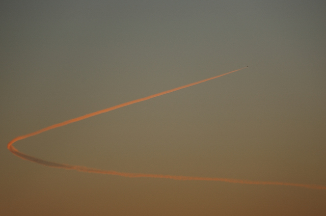 旋回する飛行機雲