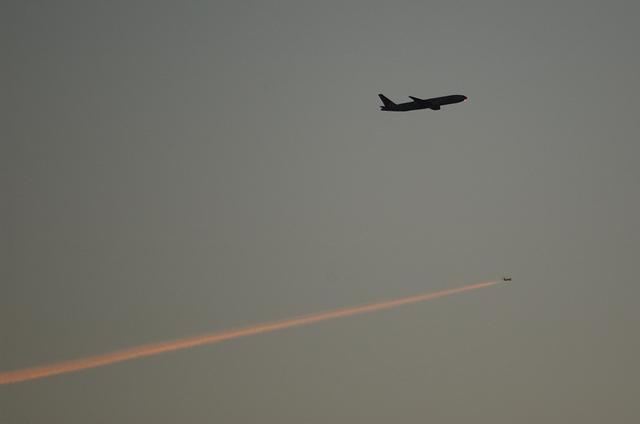 飛行機雲と飛行機