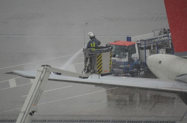 除氷剤噴霧作業