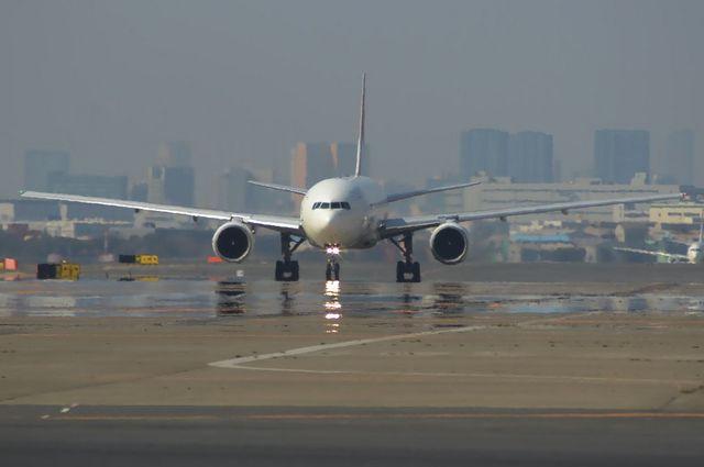 陽炎に写る飛行機