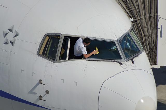 窓を拭き拭き