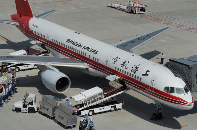 上海航空B757 出発準備中