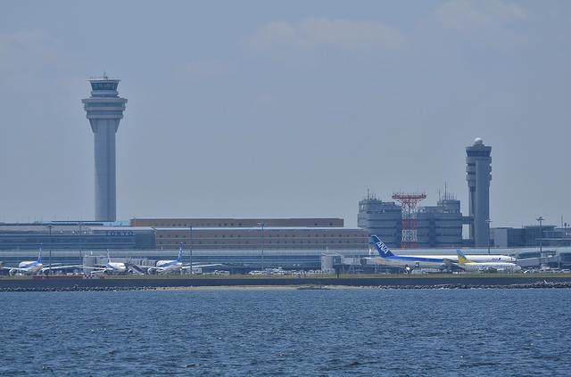 新旧タワーを東京湾から