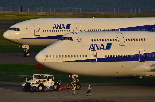 747と777 in 夕暮れ時