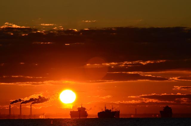 東京湾と朝日